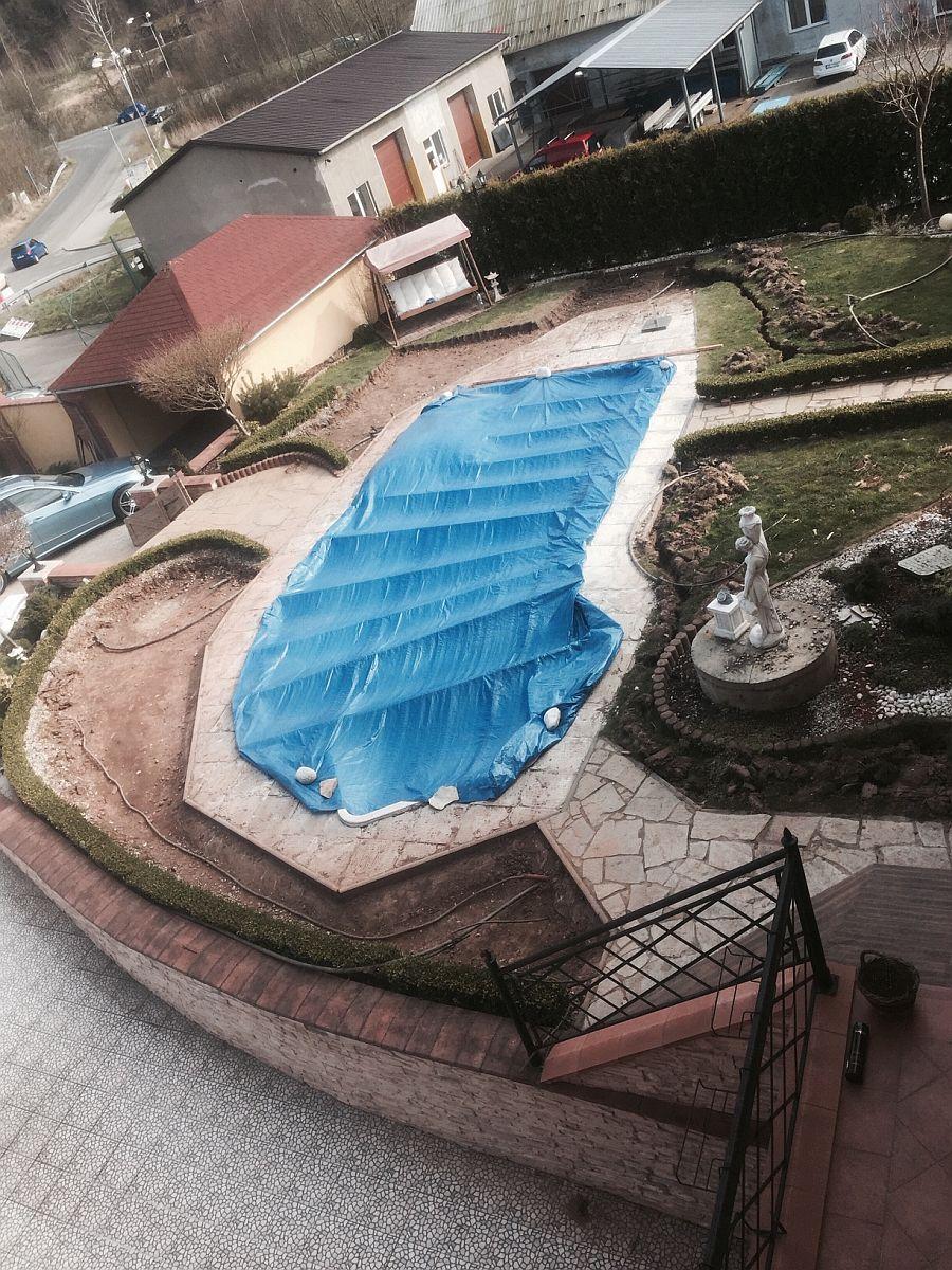 Bazén zasazený do zahrady