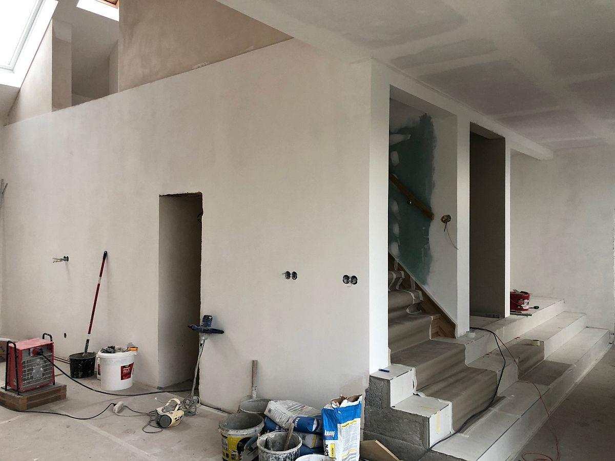 Vnitřní omítky u schodiště a otevřený prostor