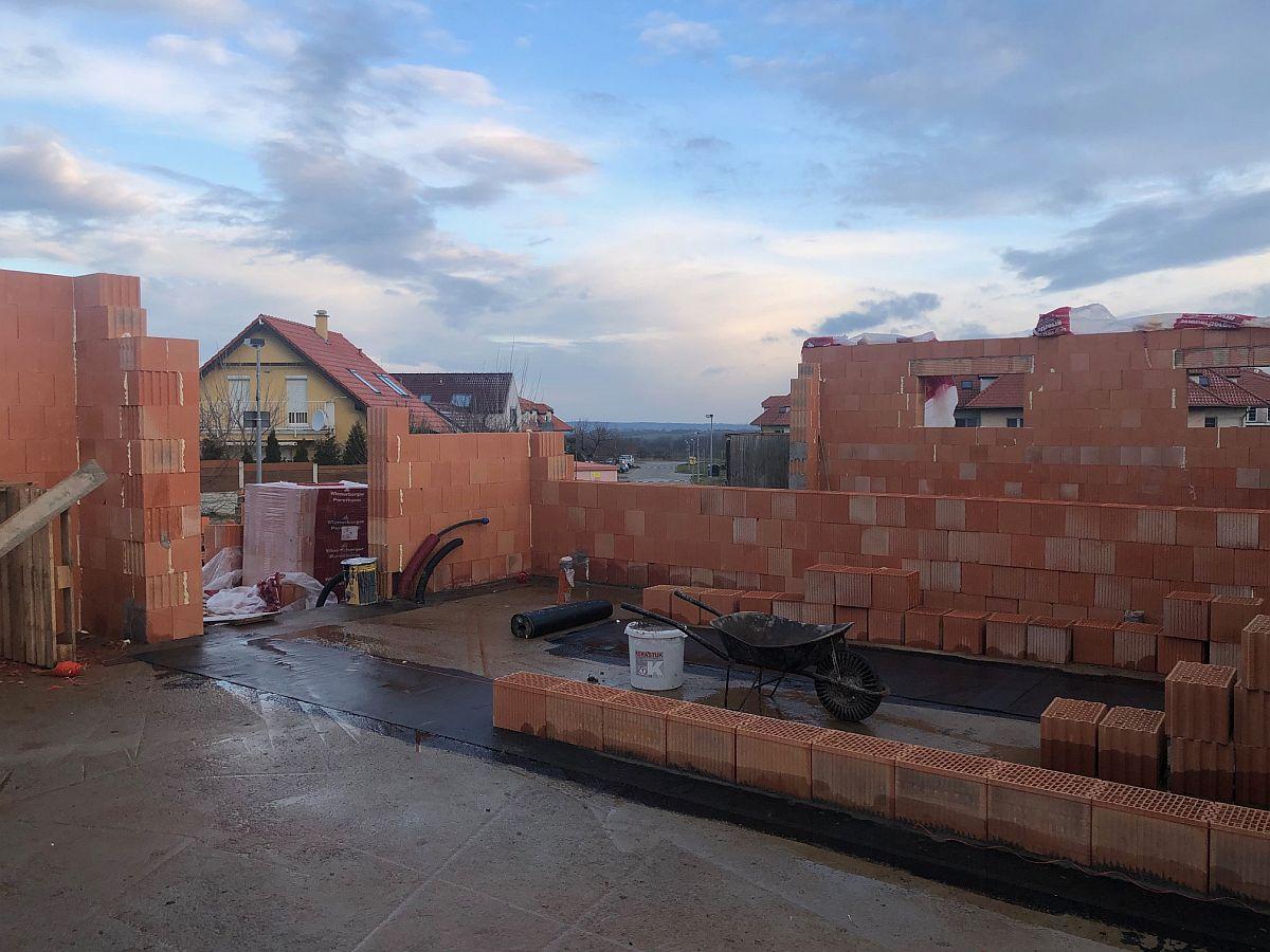 Zdění hrubé stavby domu