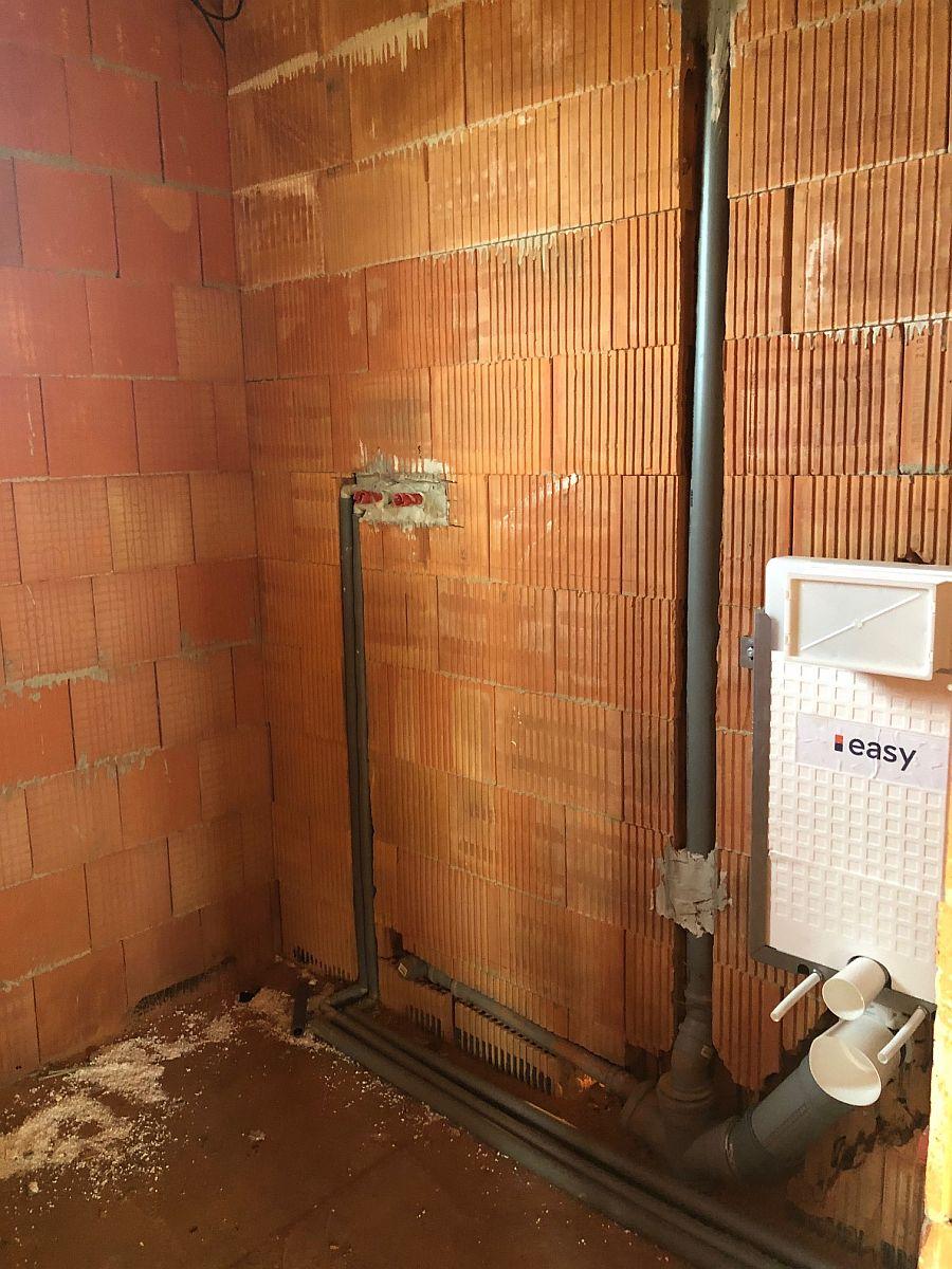 Rozvody kanalizace a vody, osazení podomítkového WC