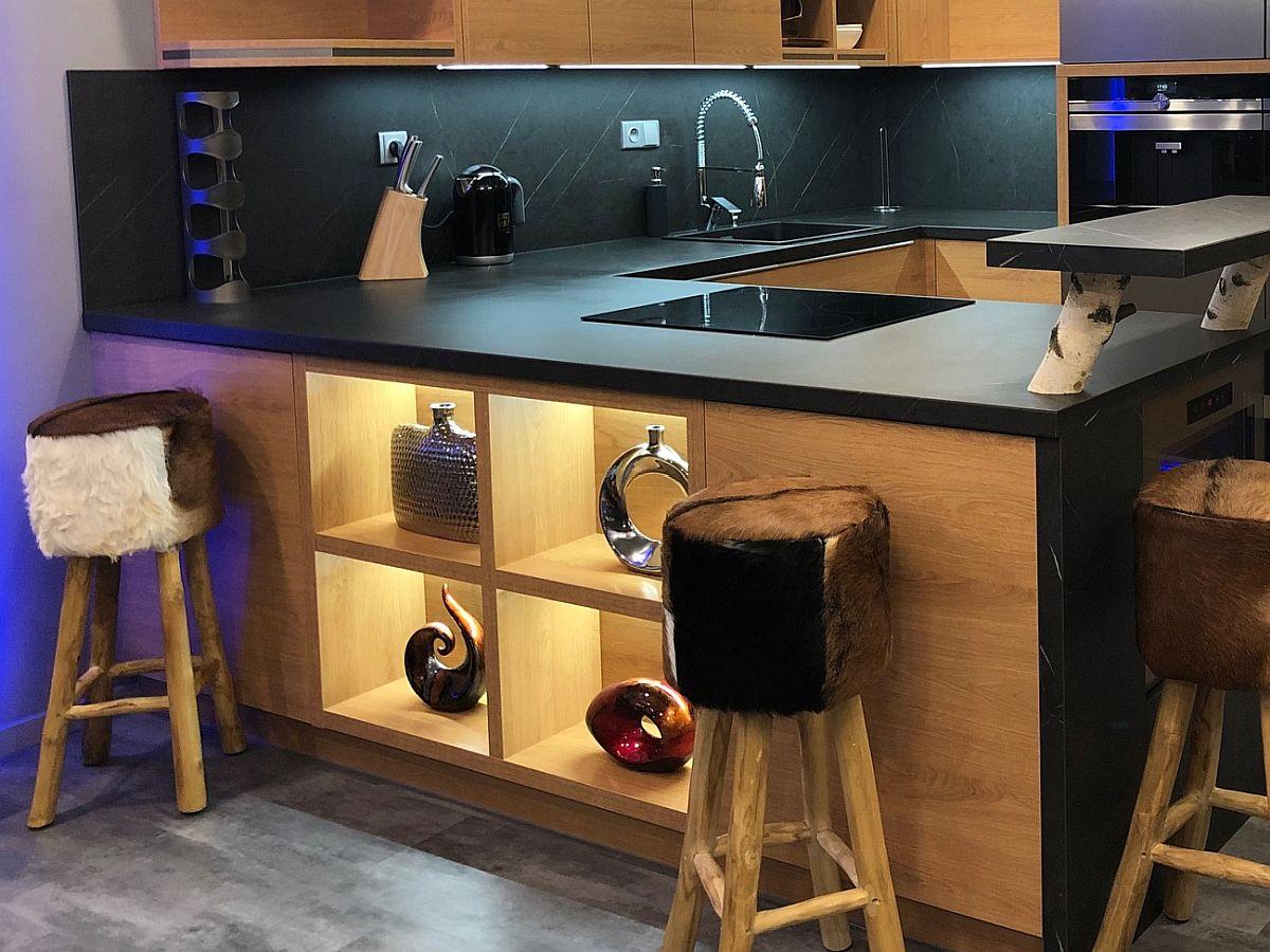 Luxusní byt 3kk na Božím Daru - barový pult a kuchyňská linka
