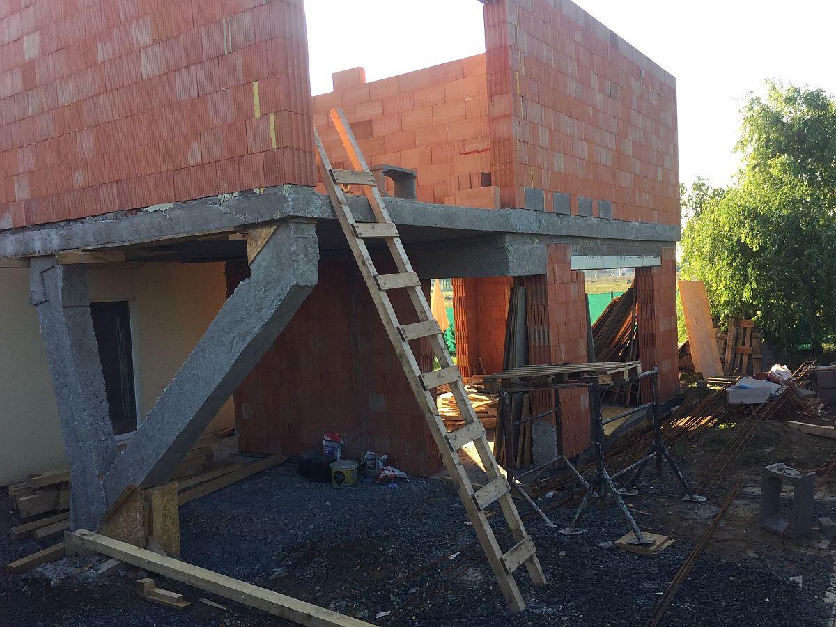 Přístavba domu Ptice - srpen