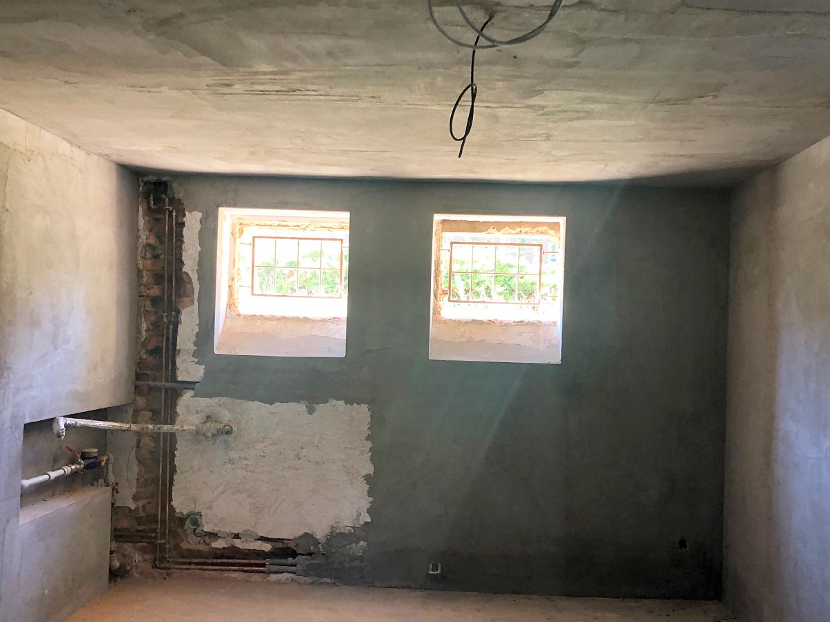 Hrubá stavba uvnitř domu