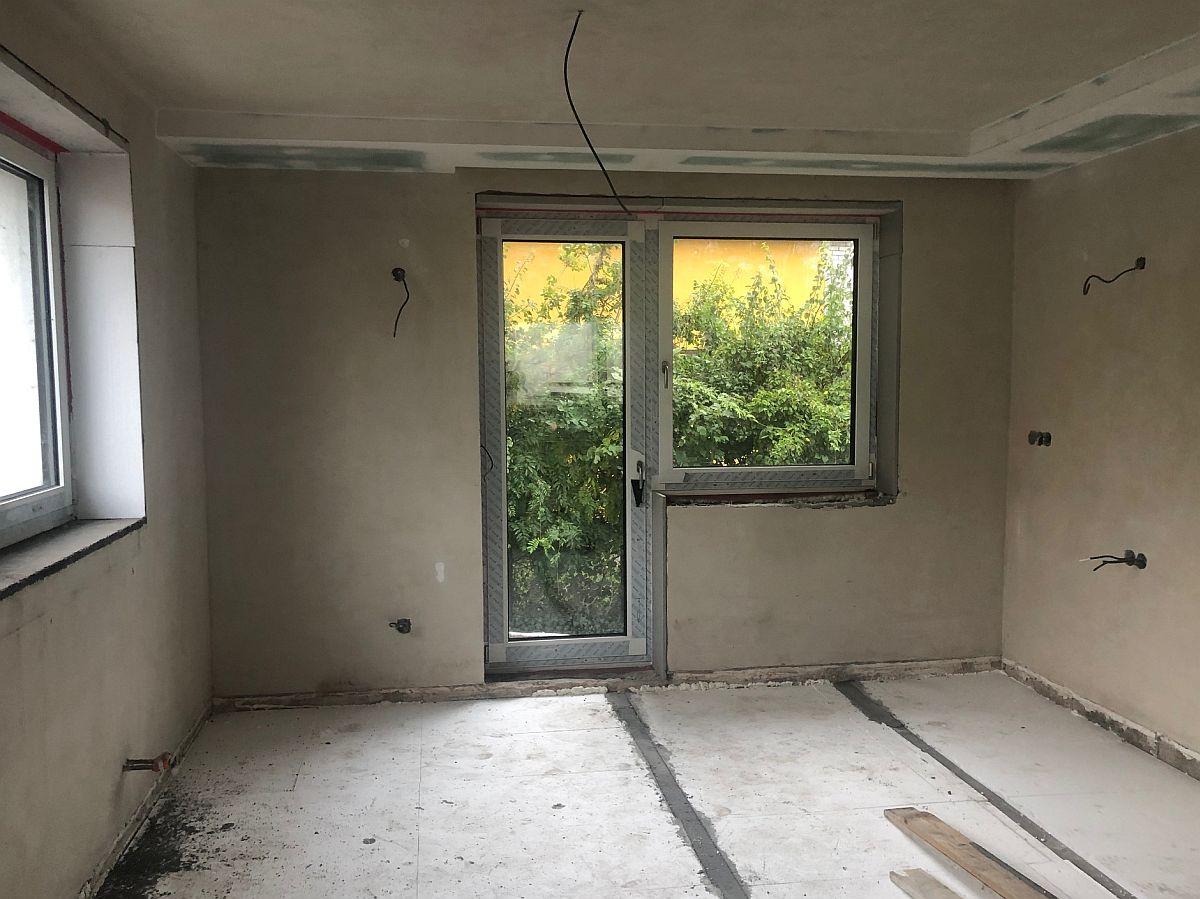 Vnitřní omítky a osazené balkonové okno